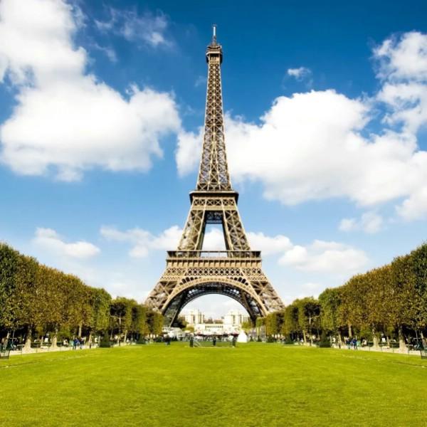 Эйфелеву башню с момента ее открытия посетили 300 млн человек
