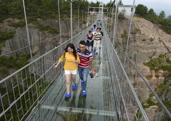Очередной стеклянный мост открыт для посещения в Китае
