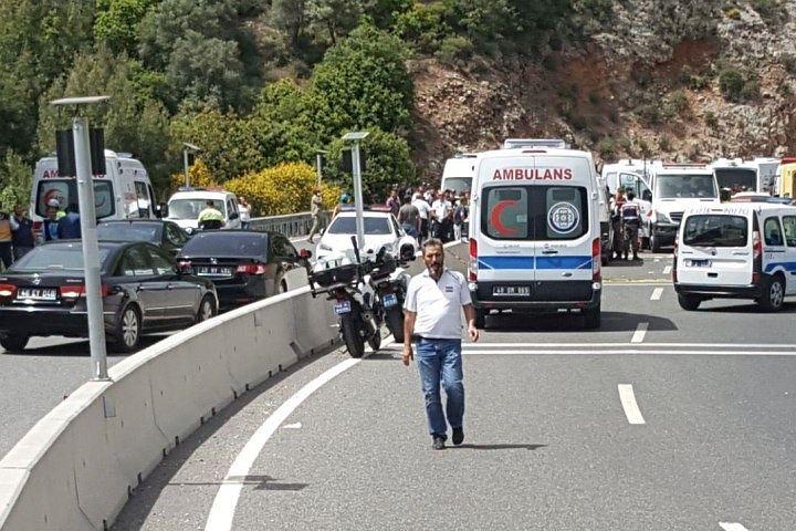 Российские туристы не пострадали при аварии автобуса в Анталии
