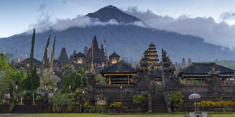 Массовая эвакуация туристов: на курортном Бали ждут извержения вулкана