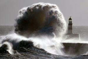 Ирландия и остров Хайнань оказались под ударом стихии