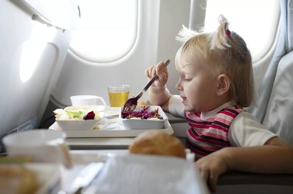 Пассажиры не хотят отказываться от багажа и питания на борту