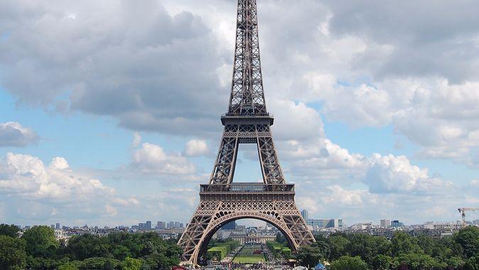 За ночную съемку главного символа Парижа можно получить штраф