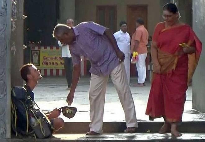 Российский турист просил милостыню у храма в Индии
