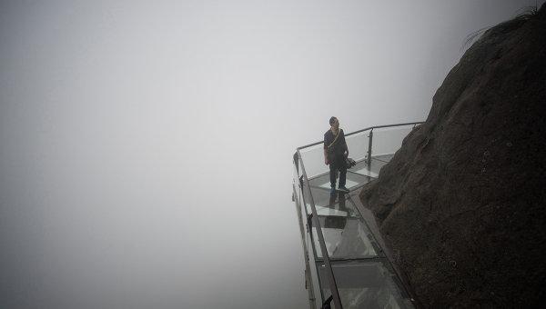 Стеклянный мост в Китае «треснул» под ногами туристов