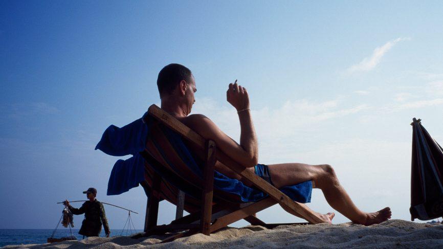 Посольство России предупредило туристов о штрафах за курение на пляжах Таиланда