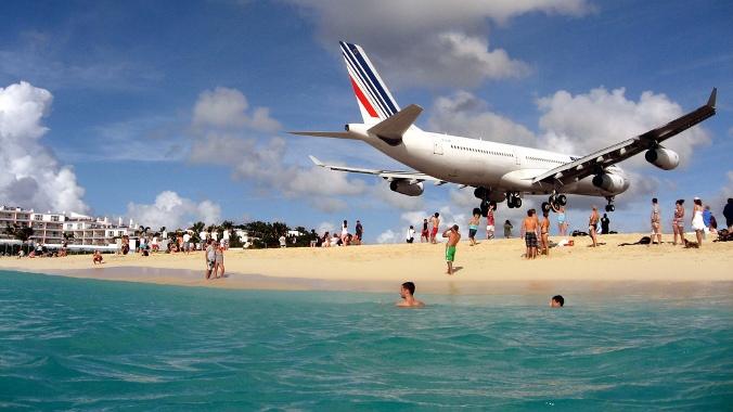 На Карибах возобновляет работу аэропорт