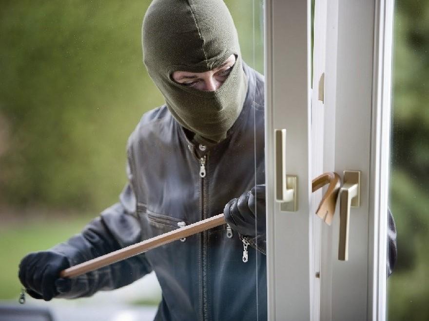Бомж украл из квартиры менеджера турфирмы картину и драгоценности на 700 тысяч рублей