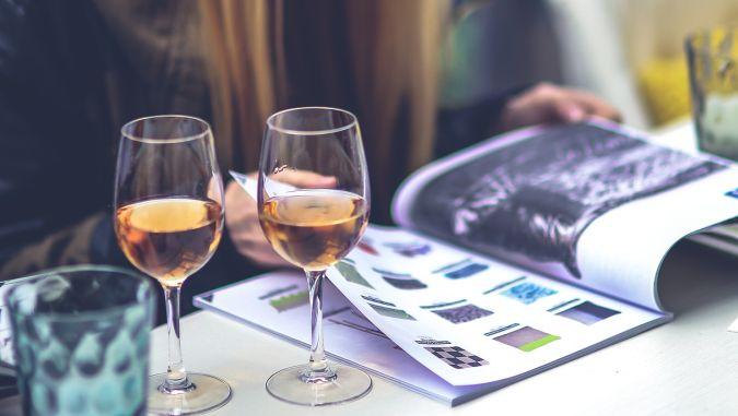Ученые выяснили, почему женщины предпочитают белые легкие вина
