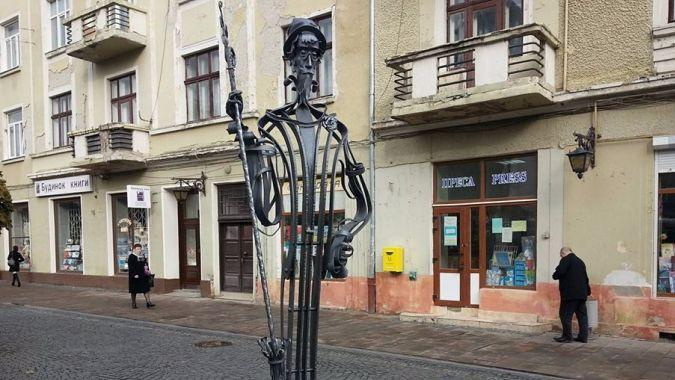 Черновицкий дворник подметет улицы города розами