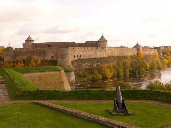 Власти Ленобласти просят открыть для туристов пограничный Ивангород