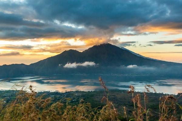 На Бали из-за извержения вулкана отменены несколько авиарейсов