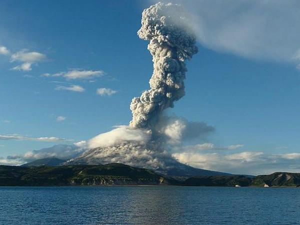 Тысячи туристов застряли на острове Бали из-за выброса пепла Агунгом