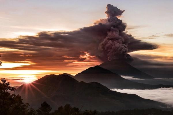 Туристам советуют воздержаться от поездок на Бали из-за извержения вулкана