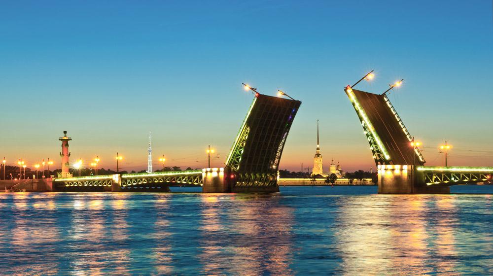 В Петербурге создадут туристическую полицию и сеть плавучих гостиниц
