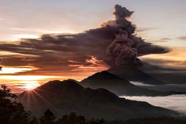 Небольшое извержение вулкана Агунг произошло на Бали