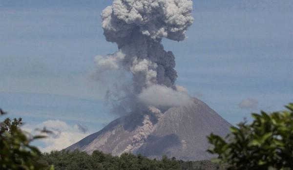 В Индонезии эвакуируют туристов из-за извержения вулкана на Суматре