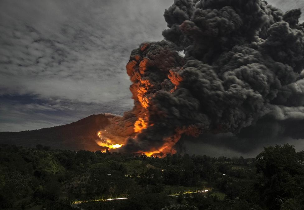 Вслед за Бали: на Суматре началась эвакуация туристов из-за извержения вулкана